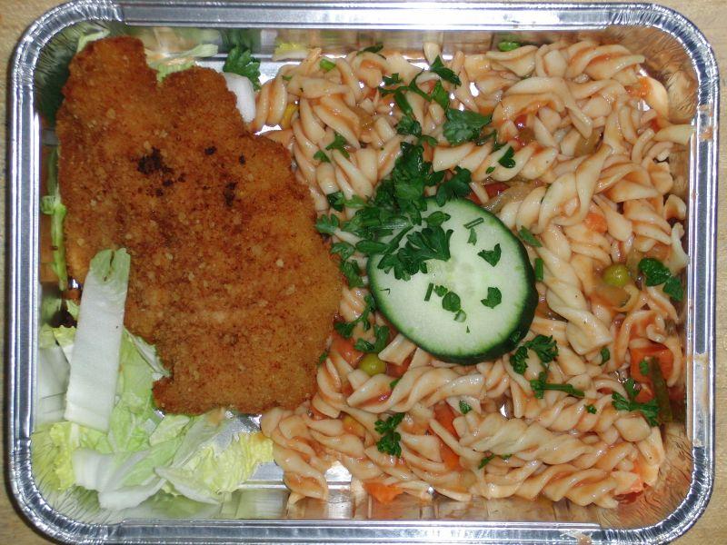 Nudelsalat mit Ketchup und Gemüse, dazu ein saftiges Putenschnitzel