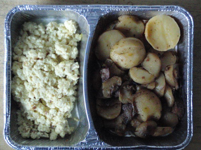 Bratkartoffeln mit Rührei und Rohkost
