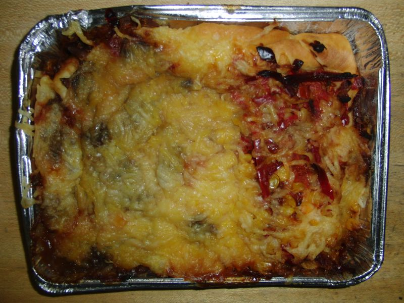 Vegetarische Pizza mit Champignons, Paprika, Mais und Käse