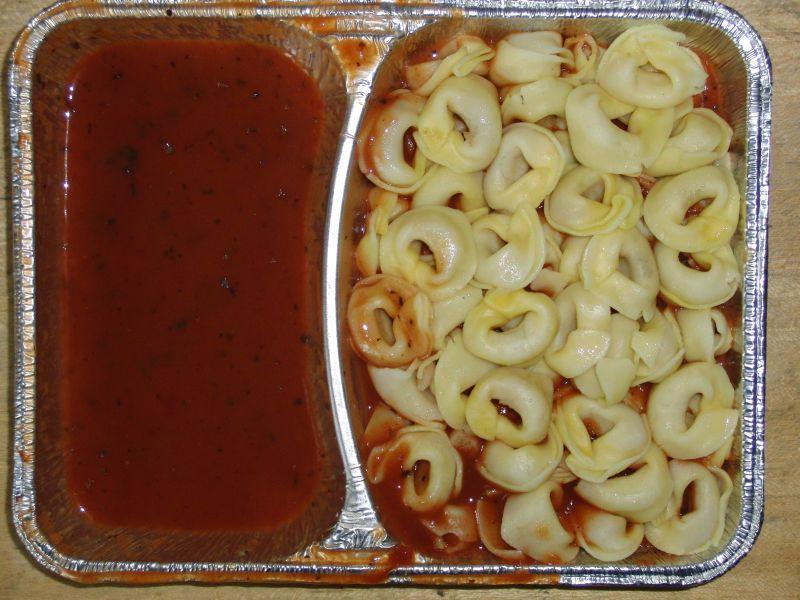 Tortellini in Basilikumsoße, dazu Pudding