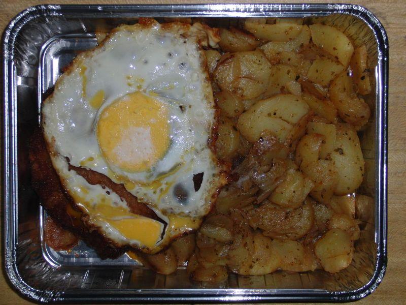 Hamburger Schnitzel (Spiegelei auf Schnitzel) an Bratkartoffeln