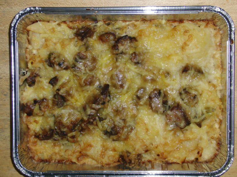 Champignongratin mit Erbsen, Kartoffelscheiben und Käse überbacken