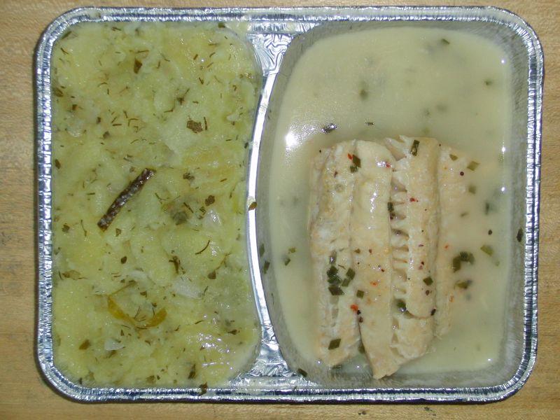 Gedünstetes Fischfilet in Schnittlauchsoße, an warmen Kartoffelsalat