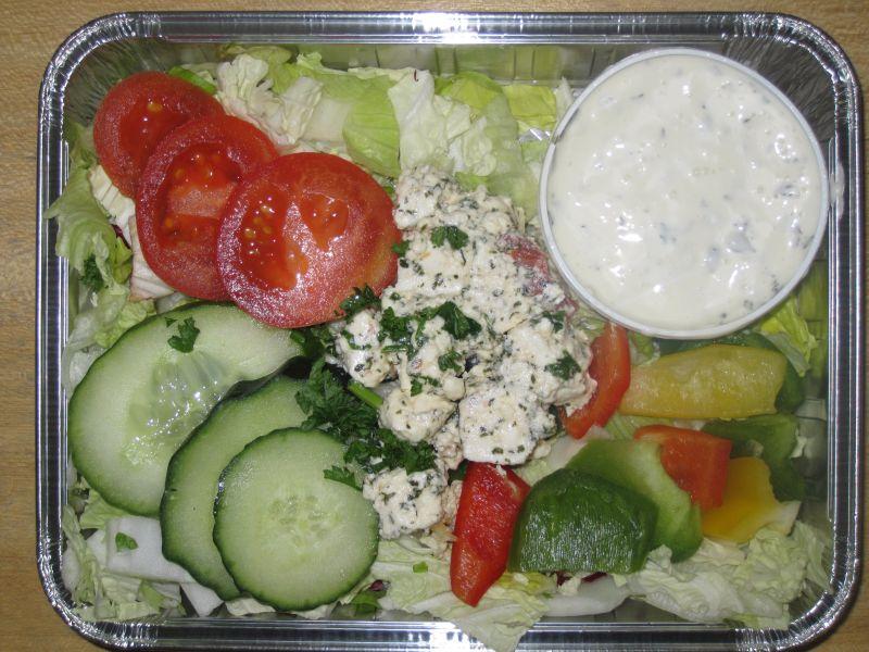 Griechischer Hirtensalat mit eingelegtem Schafskäse und Dressing