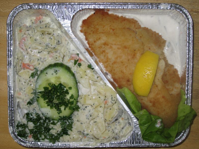 Gebackenes Rotbarschfilet mit Kartoffelsalat und Remoulade