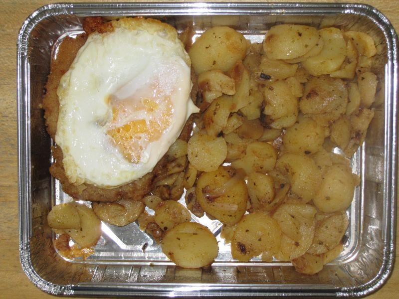 Hamburger Schnitzel mit Spiegelei und Bratkartoffeln
