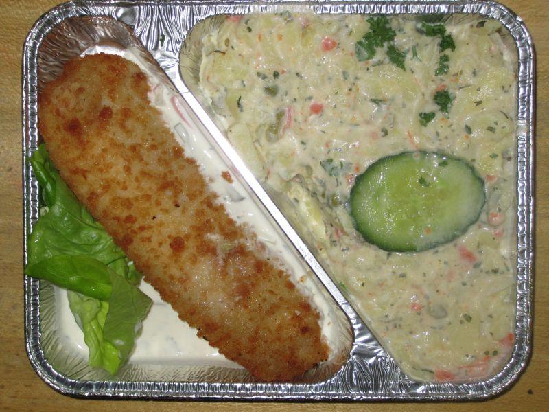 Gebackenes Fischfilet in Remouladensoße und mit Kartoffelsalat