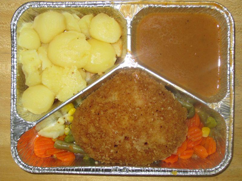 Paniertes Schweineschnitzel auf Pfannengemüse und Salzkartoffeln