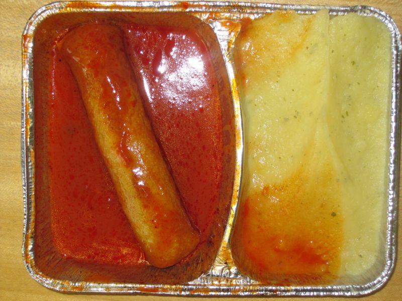 Currywurst in fruchtiger Tomatensoße, Kartoffelbrei, Obst