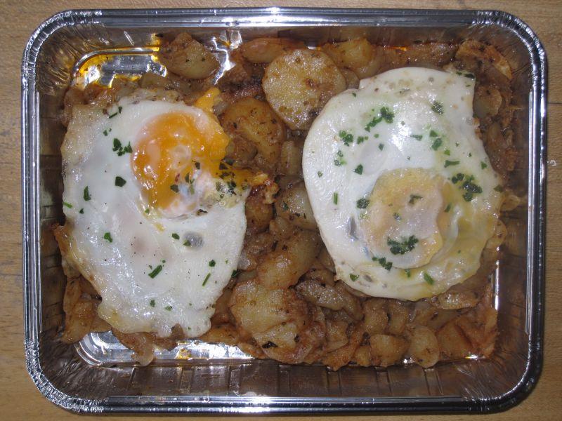 Bratkartoffeln mit 2 Spiegeleiern und Obst