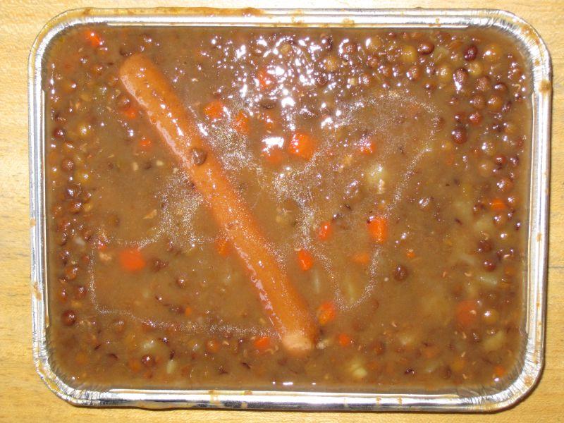 Deftiger Linseneintopf süß-sauer, dazu 1 Wiener, Pudding